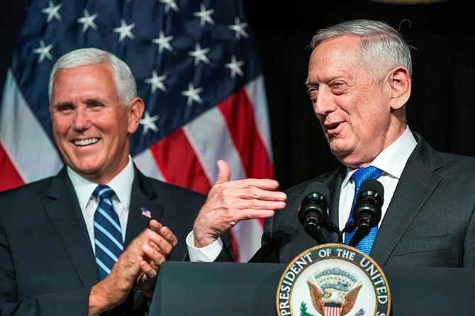 VIRGINIA. El vicepresidente Mike Pence (i) y el secretario de Defensa, James Mattis (d), durante un discurso en el Pentágono, el 9 de agosto de 2018