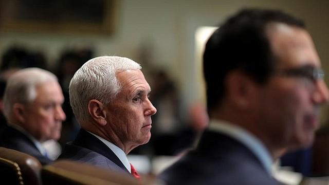 WASHINGTON. El vicepresidente Mike Pence (c) en una reunión del gabinete de gobierno estadounidense en la Casa Blanca, el 16 de agosto de 2018