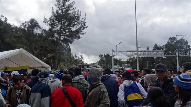 """ECUADOR. Venezolanos varados en frontera piden una """"ruta humanitaria"""" hacia Perú"""