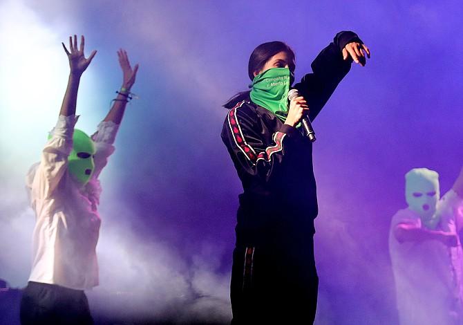 Pussy Riot causa polémica por presentarse al mismo tiempo en Colombia y en Escocia