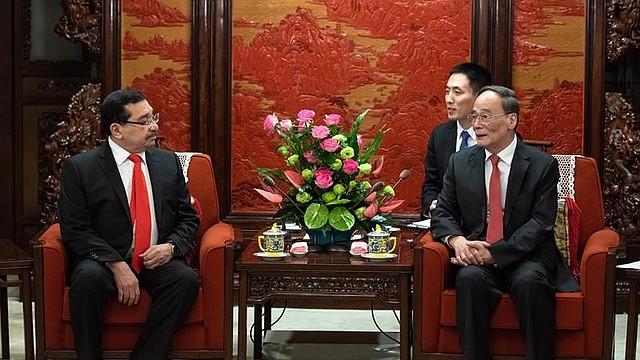 CHINA - El vicepresidente chino, Wang Qishan (dcha), se reúne con el secretario general del partido oficialista salvadoreño Frente Farabundo Martí para la Liberación Nacional (FMLN) y primer designado a la Presidencia, Medardo González, en Pekín (China). China y El Salvador firmaron en Pekín el establecimiento de lazos diplomáticos entre los dos países, lo que aumenta el aislamiento internacional de Taiwán.