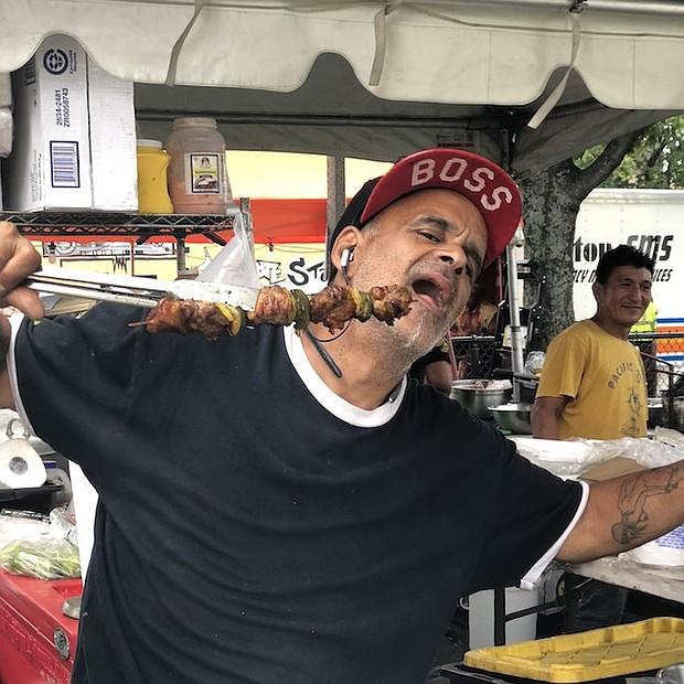 Los tradicionales pinchos dominicanos deleitaron a muchos en el Festival