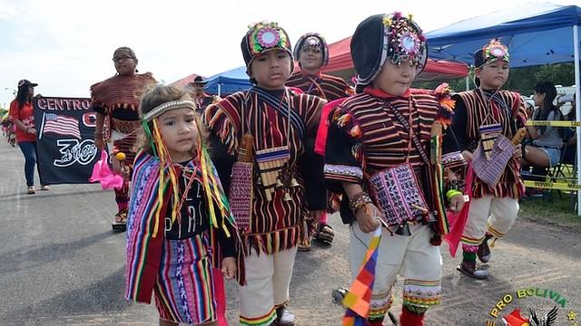 DEDICACIÓN. Los participantes importan trajes y elementos decorativos para lucirlos en el Festival.