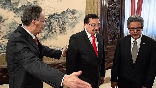 CHINA - El vicepresidente chino, Wang Qishan (izq), recibe al secretario general del partido oficialista salvadoreño Frente Farabundo Martí para la Liberación Nacional (FMLN) y primer designado a la Presidencia, Medardo González (c), y al ministro de Exteriores salvadoreño, Carlos Castaneda, antes de mantener una reunión en Pekín (China) hoy, 21 de agosto de 2018. China y El Salvador firmaron hoy en Pekín el establecimiento de lazos diplomáticos entre los dos países, lo que aumenta el aislamiento internacional de Taiwán.