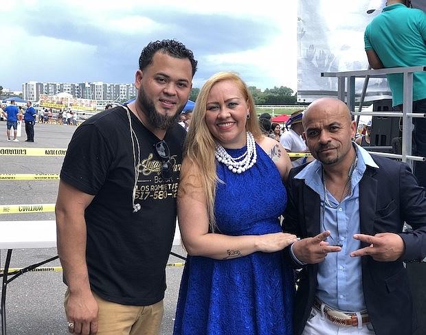 José Navarrete de Legacy Band con los presentadores, ha Guera de Oro y Ulises Orellana