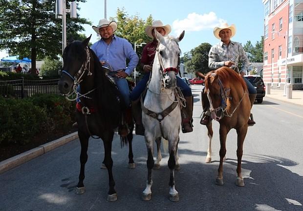Juan, Cesar, y Juan Jr Gonzalez con los caballos bailarines