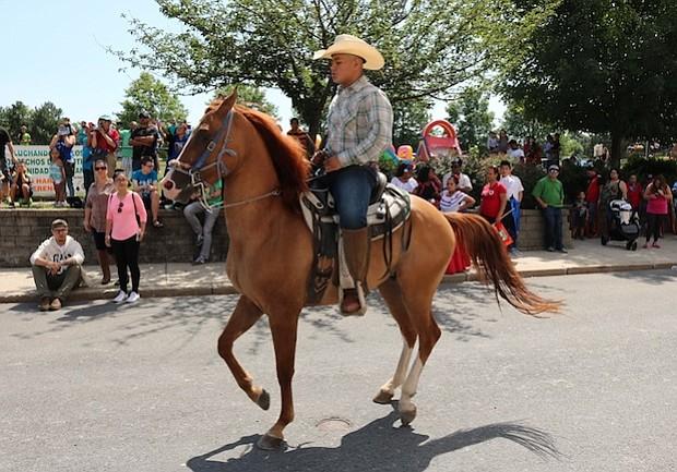 Juan Gonzalez Jr  muestra su talentoso caballo en la edición 2017 del Festival Multicultural de Everett