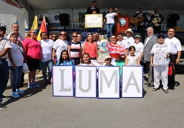 La directora ejecutiva de LUMA Lucy Pineda con lideres de la comunidad en el Festival de 2017