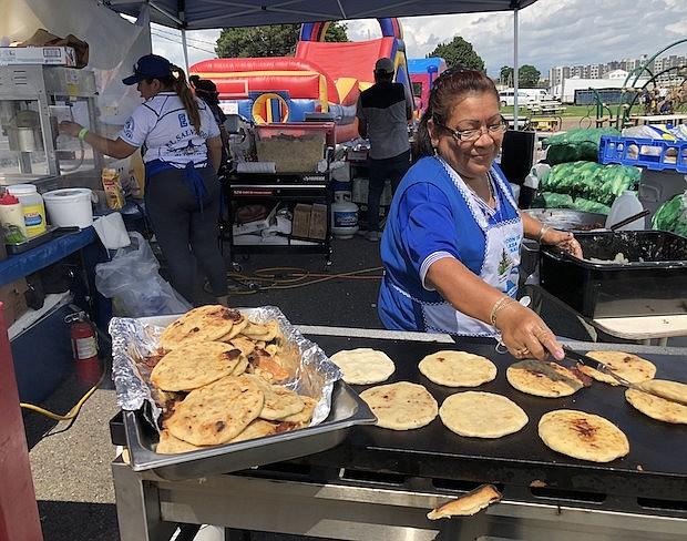 Rosa Amanda Hernández preparando deliciosas pupusas