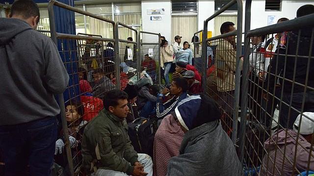 DIÁSPORA. Emigrantes venezolanos esperan la llegada de uno de los autobuses que los trasladará de Tulcán, en Ecuador, a Perú, el jueves 23 de agosto de 2018