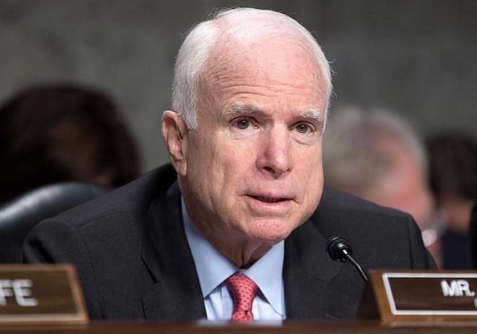 El senador John McCain interrumpió su tratamiento para el cáncer cerebral
