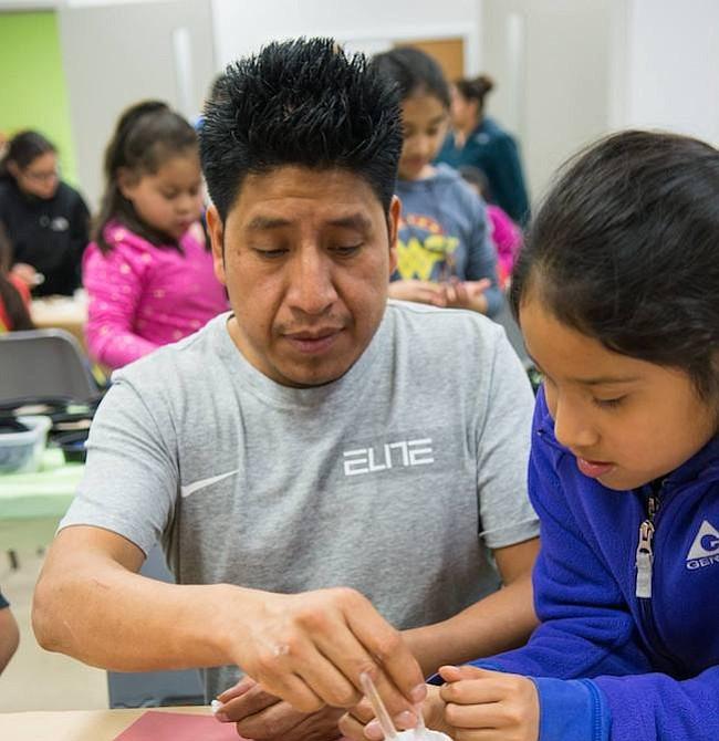 Creatividad. Un padre de familia y su hija juntos desarrollando su creatividad, este programa es posible gracias a una donación de $10 mil de Delta Dreams.