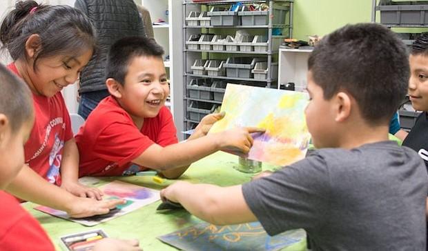 Reciclando. Un grupo de niños da rienda suelta a su imaginación utilizando material reciclable que una organización dona a Casa Chirilagua.