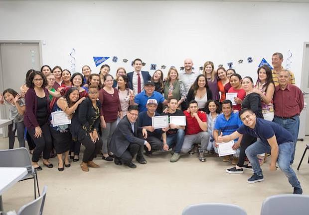 """Inglés. Algunos de los vecinos del barrio conocido como Chirilagua que asistieron al segundo semestre del programa """"Yo hablo inglés""""."""