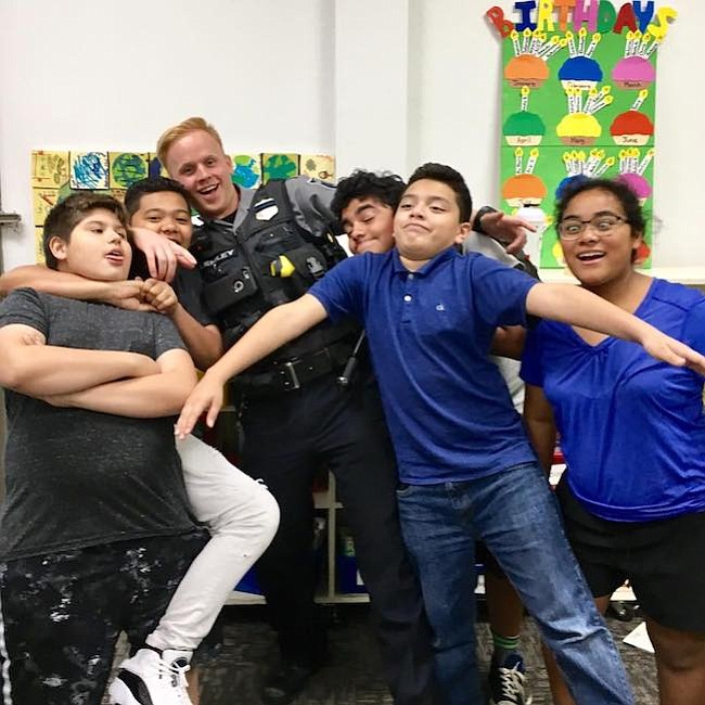 Adolescentes. Los adolescentes del programa Teens Club interactúan con el oficial de policía Dylan Lemley.