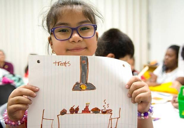 Manualidades. Una pequeña estudiante que asiste al programa Kids Club muestra su trabajo manual que hizo en Casa Chirilagua.