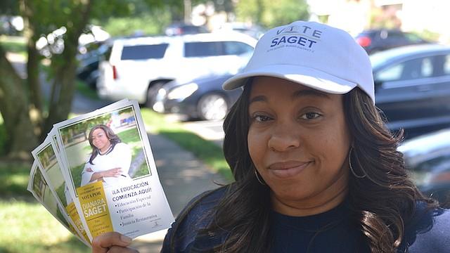 PUERTA A PUERTA. Saget repartiendo volantes que promueven sus tres pilares de campaña: Educación especial, participación de la familia y justicia restaurativa.