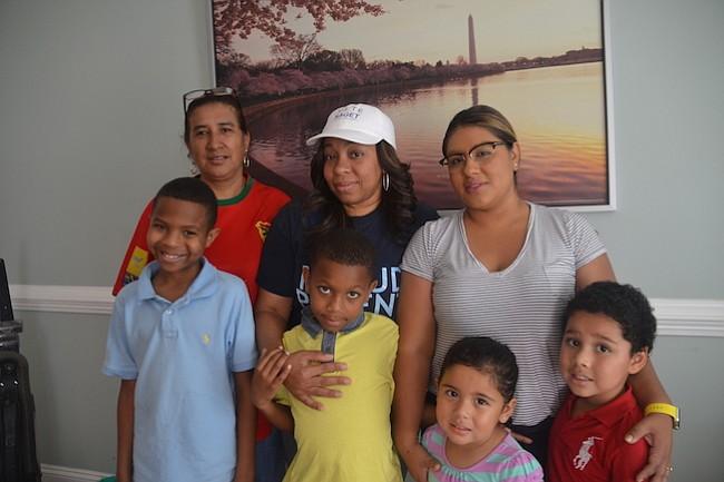 MADRE. La candidata Dianara Saget con sus hijos y miembros de su familia.