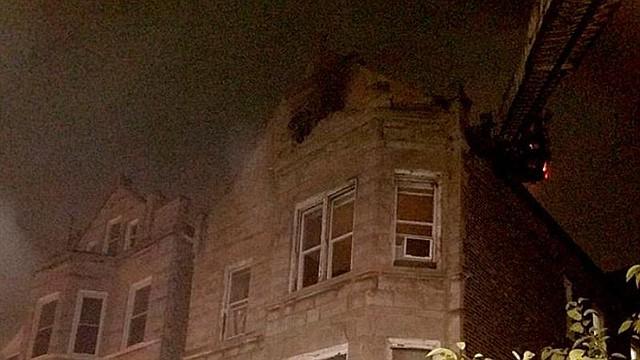 EE.UU. El 26 de agosto de 2018, el Departamento de Bomberos de Chicago puso a disposición una foto en la que se muestra a bomberos luchando contra un incendio en una casa donde, según se informa, murieron ocho personas en Chicago, Illinois, EE.UU.
