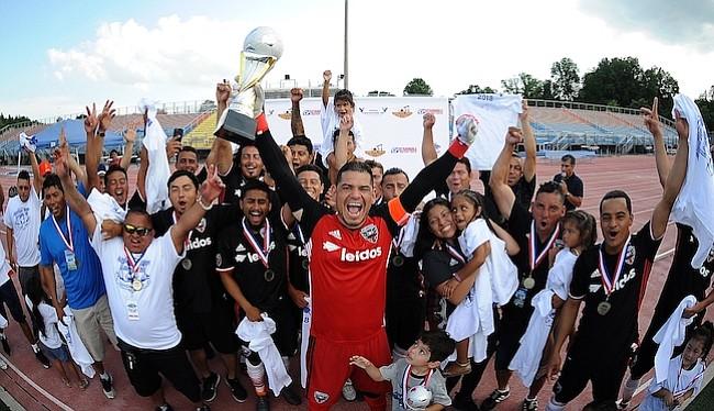 Walter Perdomo de Adi United levanta la copa de campeón del Torneo Apertura de la American Soccer League 2018 al derrotar a LJB Towing 4-1 en tiros de penal.