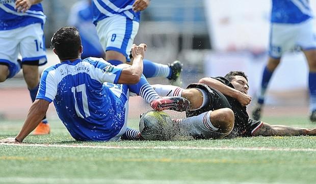Jugador del LJB Towing pelea por el balón con un integrante del Adi United, escuadra que quedó campeona del Torneo Apertura de la American Soccer League.