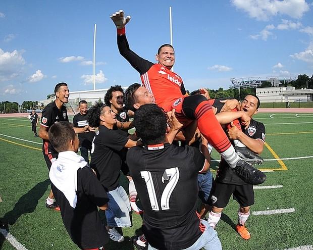 Walter Perdomo es levantado por los integrantes del equipo en celebración después de ganar el Torneo Apertura de la American Soccer League 2018.