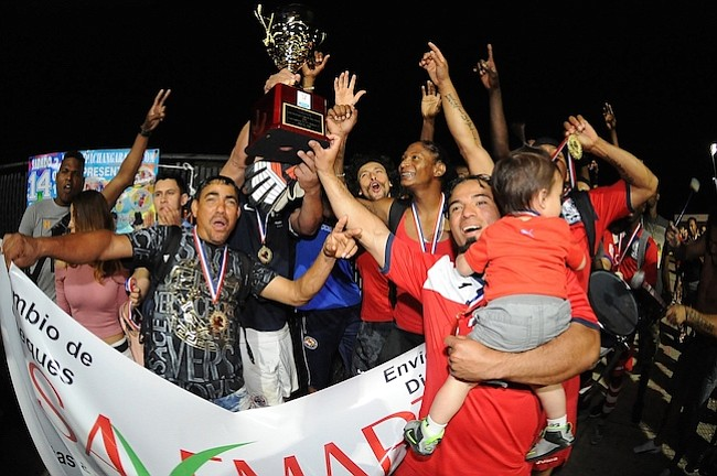 Integrantes del Olimpia FC festejan su victoria en la final del Torneo de la Copa Savemart de la Hispanic International Soccer League.