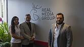 Luis Morales (izq), propietario de Real Media Group y Tony Morales Jr., gerente del grupo.