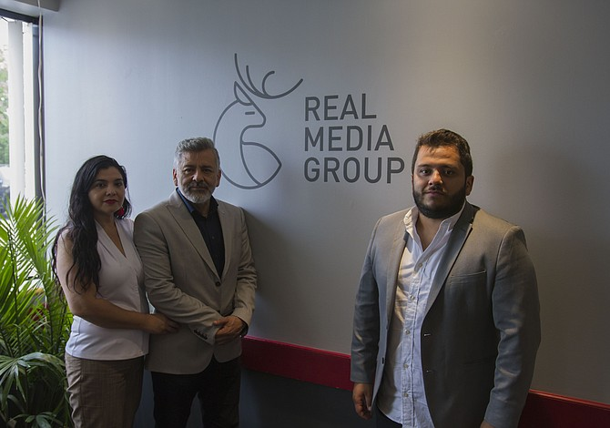 Grupo de medios de empresario latino local presenta innovaciones para radios de Boston