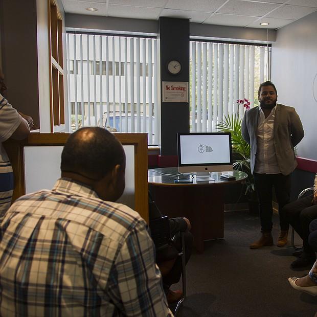 Tony Morales Jr., gerente del grupo presentando al público los planes para la Super 1300 AM.