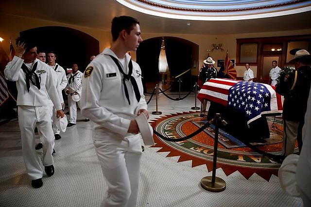 EE.UU. Cadetes de la marina de Estados Unidos presentan sus respetos al fallecido senador republicano John McCain, en la capilla ardiente montada en el Capitolio de Arizona