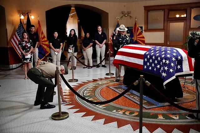 EE.UU. El exmarine Jose Cordero Torres, veterano de la guerra de Vietnam presenta sus respetos al fallecido senador republicano John McCain, en la capilla ardiente montada en el Capitolio de Arizona
