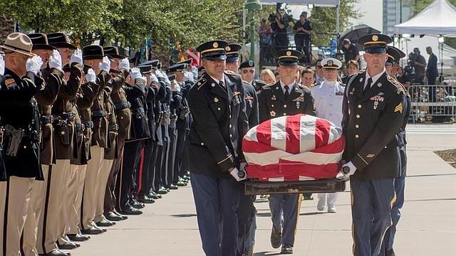 EE.UU. Varios miembros de una guardia de honor llevan el ataúd del senador republicano John McCain a la capilla ardiente montada en el Capitolio de Arizona