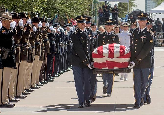 Inician honores póstumos a John McCain en Arizona [FOTOS]