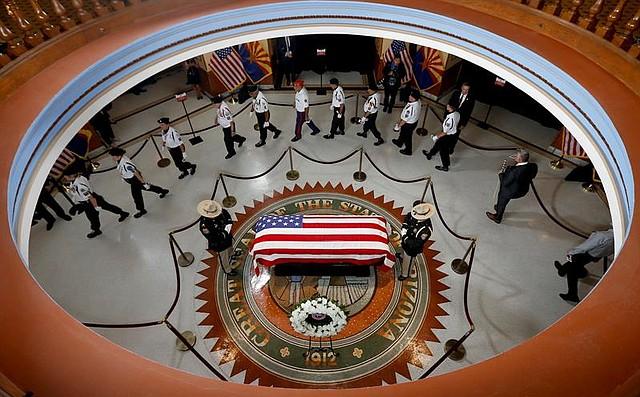 EE.UU. Veteranos presenta sus respetos al fallecido senador republicano John McCain, en la capilla ardiente montada en el Capitolio de Arizona