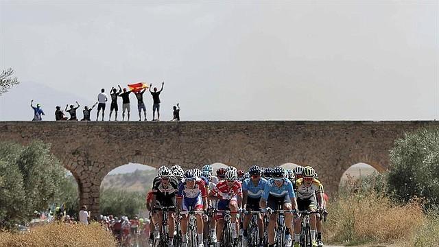 CICLISMO. El pelotón durante la séptima etapa de la Vuelta a España, disputada entre Puerto Lumbreras y Pozo Alcón, de 185,7 kilómetros