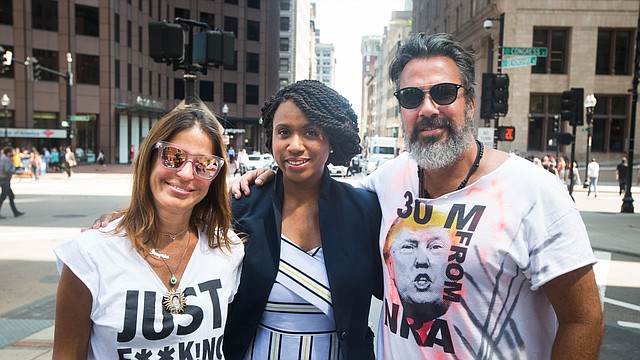 La concejal de Boston Ayanna Pressley (en el centro) rodeada por Manuel y Patricia Oliver, fundadores de la organización anti-armas Change The Ref y padres de Joaquín Oliver, fallecido en el tiroteo de Parkland, MA