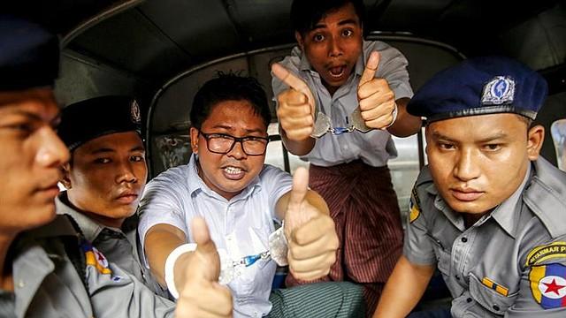 MYANMAR. Los reporteros birmanos de la agencia Reuters Wa Lone (i) y Kyaw Soe Oo posan antes de abandonar el tribunal del distrito de Insein en Rangún, Birmania, el 3 de septiembre de 2018