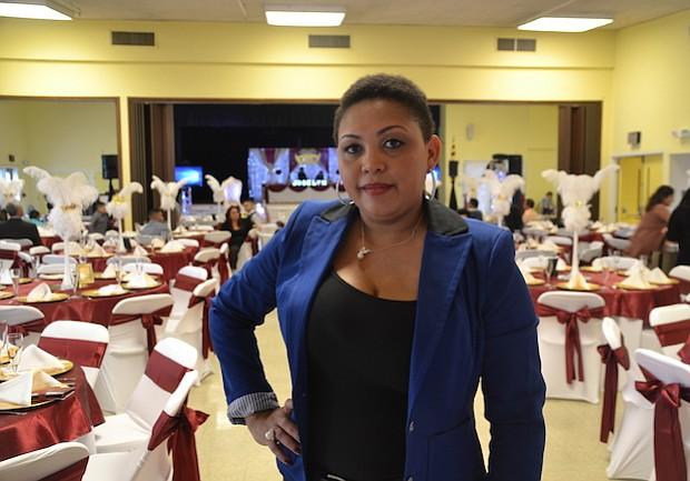COMPLETO. Karla Reyes asesora a sus clientes y les ayuda a elegir el local, vestidos y los detalles del banquete.