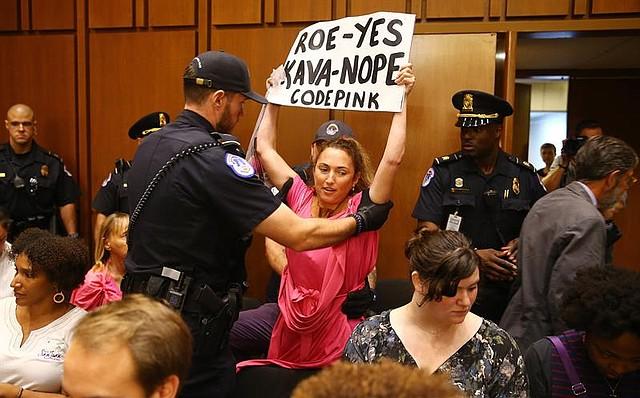 PROTESTA. Una mujer interviene mientras el conservador Brett Kavanaugh se dispone a testificar al comienzo de las audiencias celebradas para su confirmación, el martes 4 de septiembre