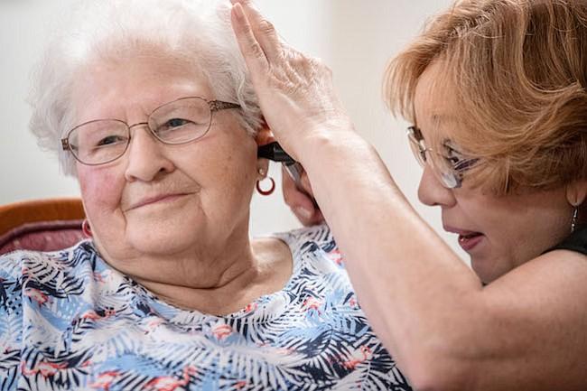 Cera en los oídos: un problema común que puede causar sordera en adultos mayores