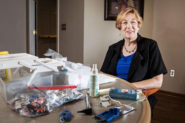 York creó Hear Now mobile hearing solutions, un negocio dedicado a la limpieza de dispositivos de audición y a chequear los oídos de adultos mayores que viven en hogares.