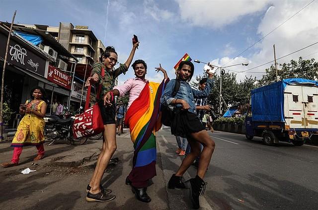 BOMBAY. Miembros de la comunidad LGTB india salieron a las calles a celebrar la despenalización de la homosexualidad en India