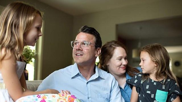 Drew Calver con su esposa, Erin, y sus hijas Eleanor (izq.) y Emory, en su casa de Austin, Texas. Allí tuvo un ataque cardíaco el 2 de abril de 2017. Calver, profesor de escuela secundaria, tiene seguro de salud a través del distrito escolar, pero así y todo enfrentó una cuenta médica de $108,951.31.