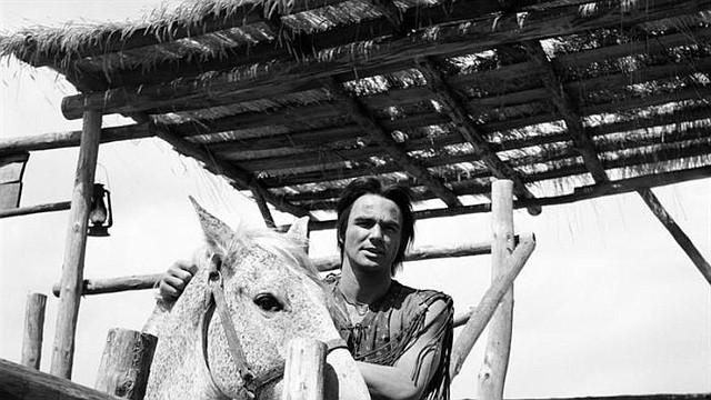 """CINE. Fotografía de archivo del 1 de enero de 1966 del actor estadounidense Burt Reynolds durante el rodaje de la película """"Joe, el implacable"""" en la población de Colmenar Viejo (España)"""
