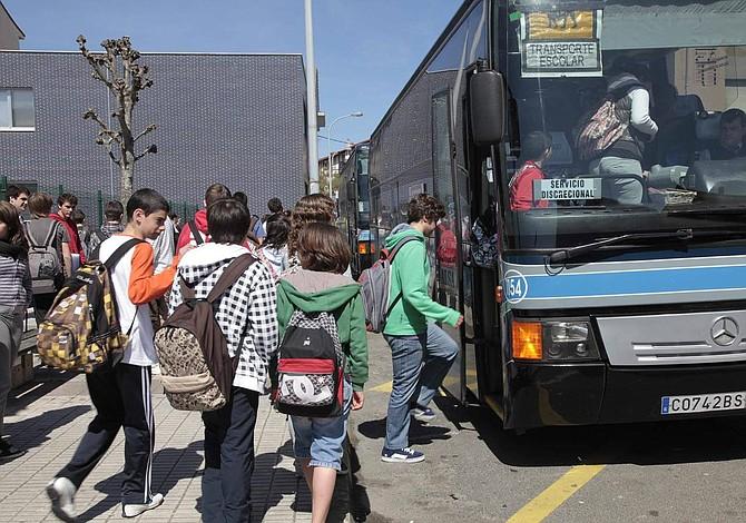 Tres jóvenes condujeron autobús escolar luego de que conductor muriera