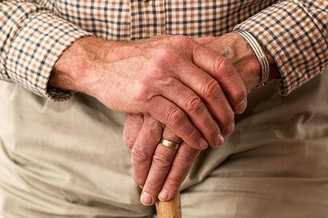 Primer estudio que analiza una nueva realidad: abuelos que cuidan a abuelos