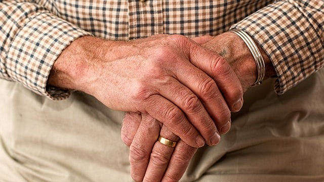 Socialmente, los cuidadores mayores pueden estar aún más aislados que los más jóvenes.