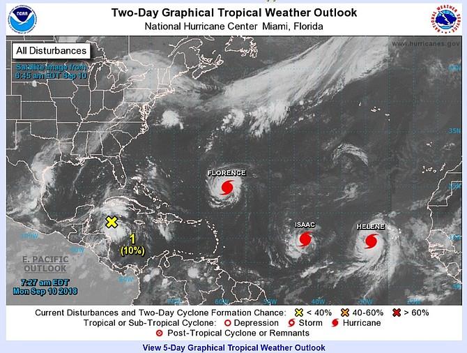 CLIMA. Imagen de la Administración Nacional de Océanos y Atmósfera (NOAA) que muestra a los huracanes Florence, Isaac y Helene mientras prosiguen su avance en aguas del Atlántico, el lunes 10 de septiembre de 2018