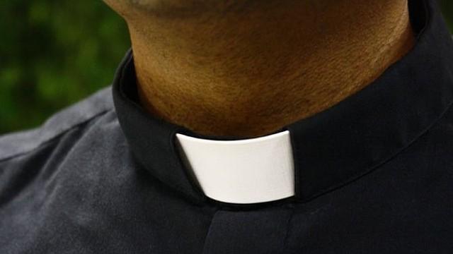 Foto de referencia de un sacerdote